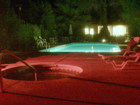 Circle C Lodge: nightview of the pool