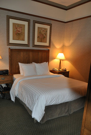 The Silversmith Hotel & Suites: Comfy bed.