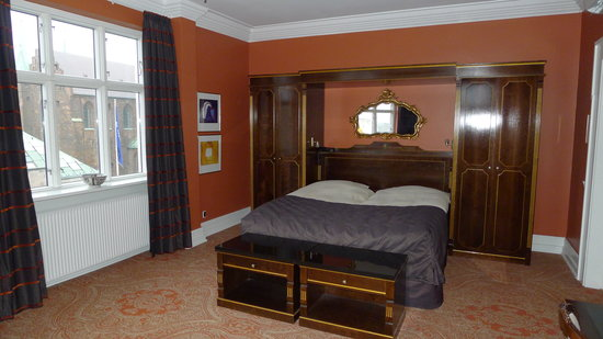 Hotel Royal: The bed