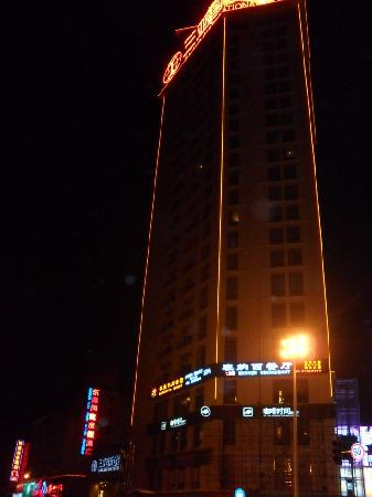 International Hotel Sanya: Hotel exterior at night