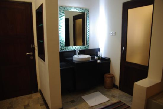 cabinet de toilette picture of banyuwangi east java. Black Bedroom Furniture Sets. Home Design Ideas
