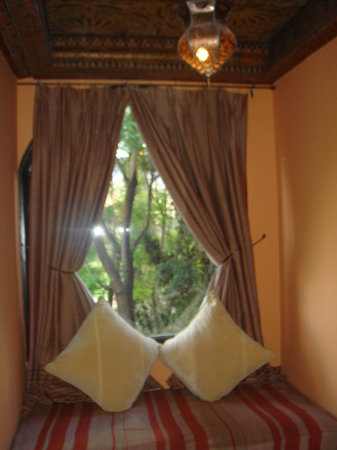 Kasbah Tamadot: Quaint sitting area of our room..
