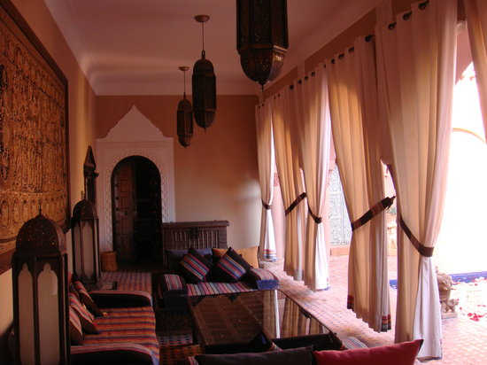 Kasbah Tamadot: Sitting room by the ornamental pond
