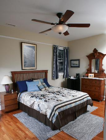 Seven Oaks Bed and Breakfast: Blue Moon -- Queen bed w/Private or Shared Bath