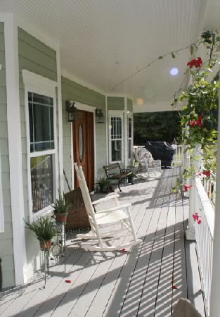 Seven Oaks Bed and Breakfast: Pull up a Chair and Enjoy the Sunshine