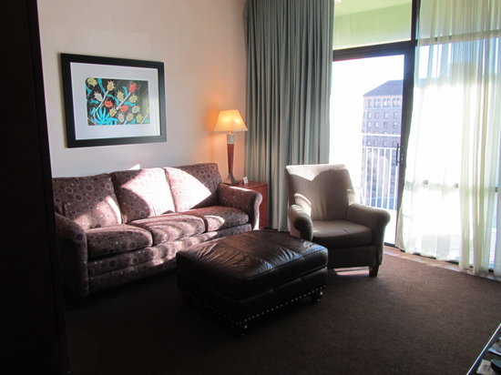 Drury Plaza Hotel Riverwalk: Sitting area and sofa couch