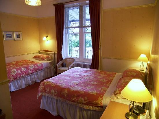 Buchan Guest House: Bedroom 1  Double & single beds