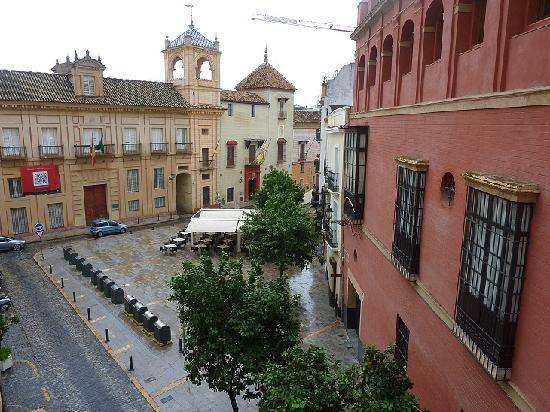 Apartamentos Altamira Sevilla : Views from the living room (beautiful, even it was it was raining!) 