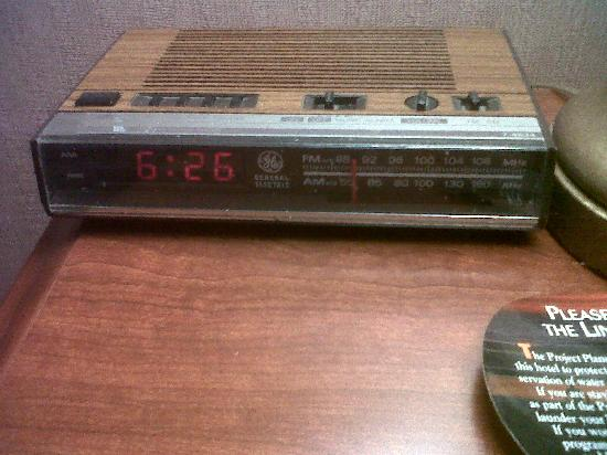Piccadilly Inn Airport: vintage alarm clock