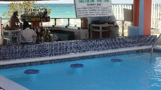 Shields Negril Villas: Swim up bar
