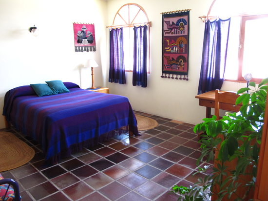La Posada del Quinde: A sunny suite bedroom
