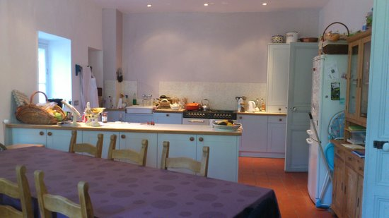 Les Marguerites: The kitchen and dining room