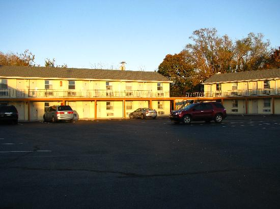 Econo Lodge Somers Point: Looking into the main parking area