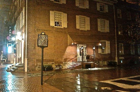Thomas Bond House Bed & Breakfast: Thomas Bond House on a rainy night in Philadelphia