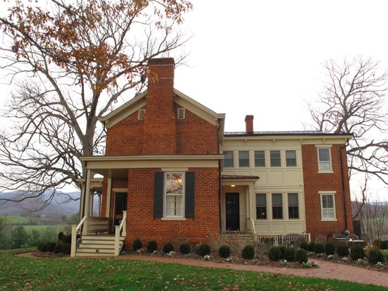 The Inn at Mount Vernon Farm: Inn Side View