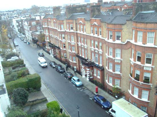 Allen House Luxury Serviced Apartments: View of Allen Street (just off Kensington High Street) from our apartment