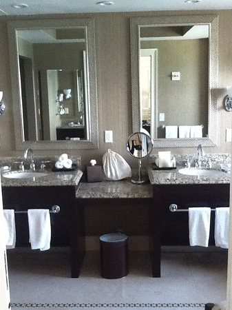 ‪‪Acqualina Resort & Spa on the Beach‬: Large Bathroom‬