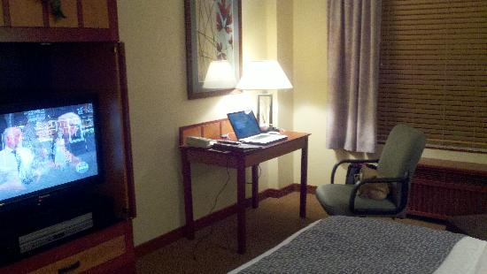 CopperLeaf Hotel: Desk & TV