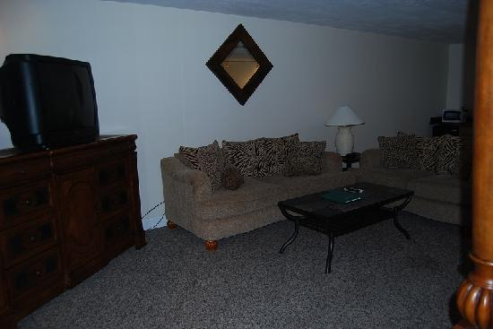 Yarmouth Resort : Honeymoon Suite Living Room area (though not a seperate area)