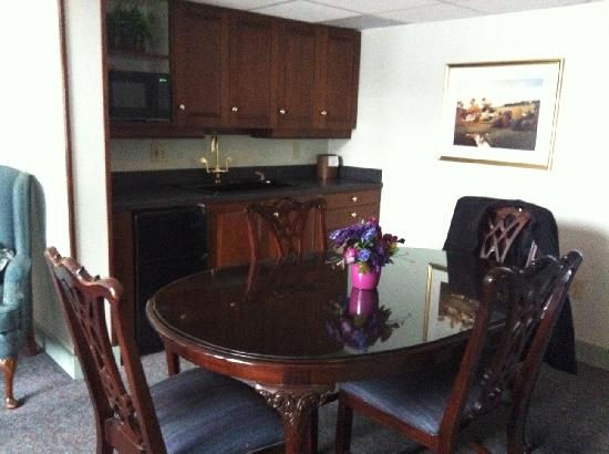 Fairbanks Inn: Dining area of the Honeymoon Suite.