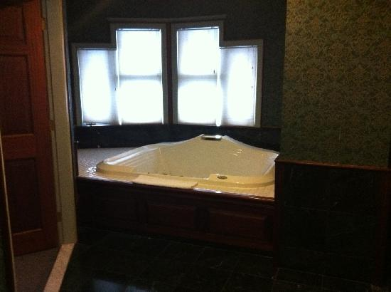 Fairbanks Inn: Honeymoon Suite bathroom.