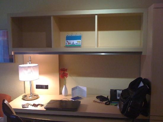 TownePlace Suites Vincennes: Desk area within room
