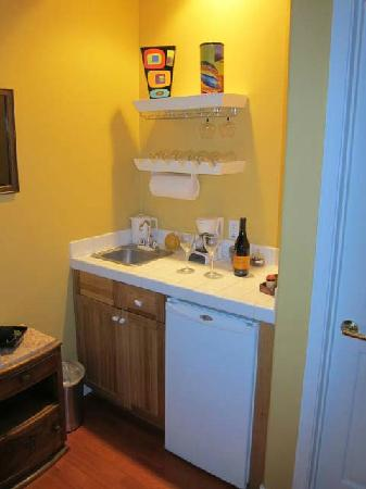 Copper City Inn: Cute little wet bar in Colter room.