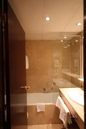 Hotel Atlantis: Bathroom