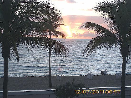 Beach Plaza Hotel: The sunrise outside our room