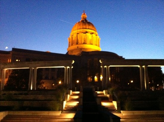 BEST WESTERN PLUS Capital Inn: Back of State Capitol building at night.
