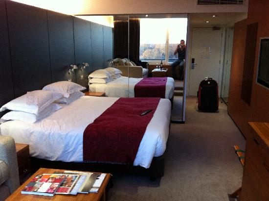 Royal Garden Hotel: huge bed with mirrored wardrobes