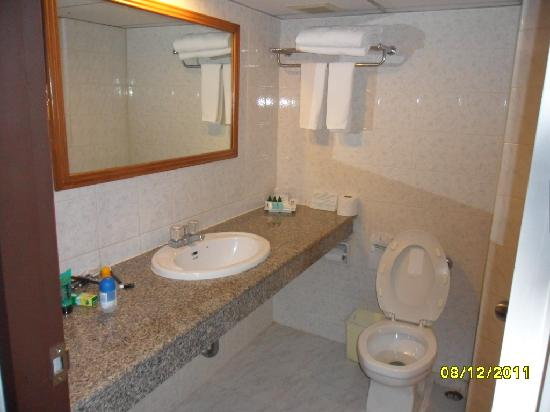 Viengtai Hotel: Bathroom