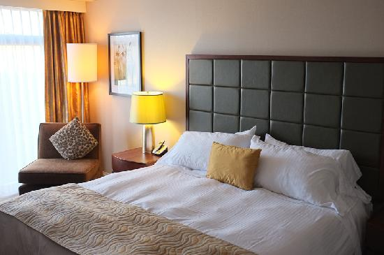 Pacific Gateway Hotel at Vancouver Airport: Bed and seating area