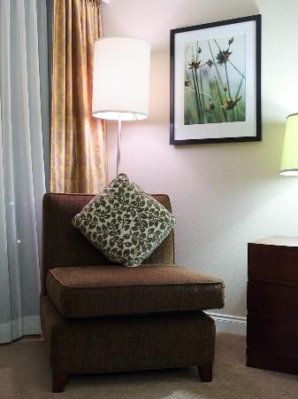 Pacific Gateway Hotel at Vancouver Airport: Lounge chair in room