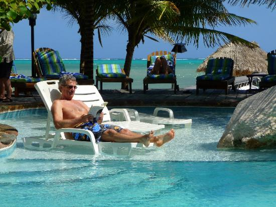 Xanadu Island Resort Belize: Pool with sea view