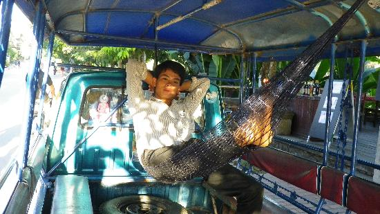 Riverside Guesthouse: Our excellent taxi driver Pheung relaxing