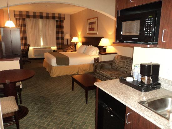 Holiday Inn Express Hotel &amp; Suites Medford-Central Point: Suite, we had a double Queen suite, this is the single Queen Suite.