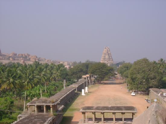 Hampi, Indien: Virupaksha temple in the distance