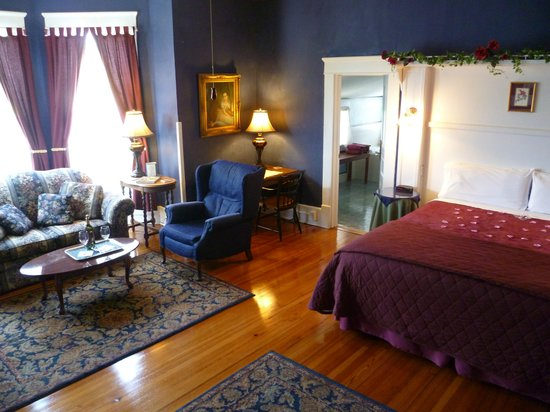 Americus Garden Inn Bed &amp; Breakfast: Scarlett&#39;s Suite is the largest guest room and the most dramatic!