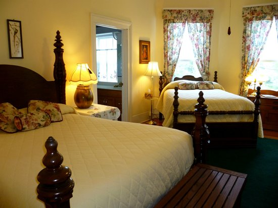 Americus Garden Inn Bed &amp; Breakfast: Perfect for those needing 2 beds, the Magnolia Suite.