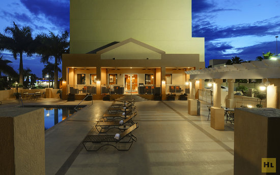 Hampton Inn & Suites - Miami Airport / Blue Lagoon: Outdoor Pool and Spa Deck by Night