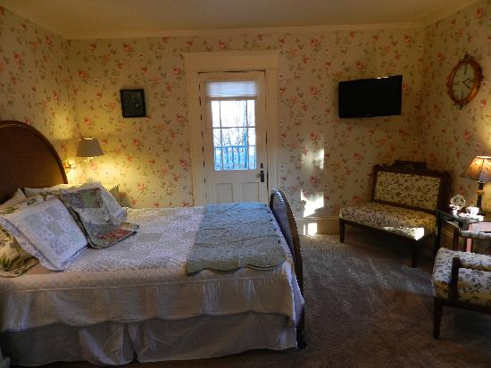 Abigail's Bed and Breakfast Inn: Queen w/ private bath and  balcony, flat-screen tv