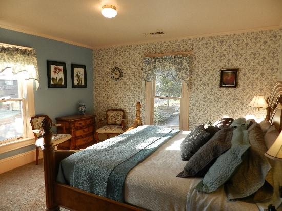 Abigail's Bed and Breakfast Inn: King bed with private bath, flat screen t.v.