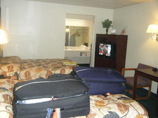 Howard Johnson Inn and Suites Jacksonville: Dated furniture