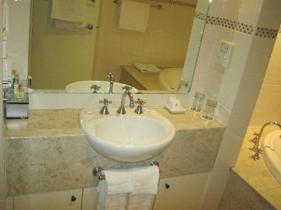 Executive Inn: sink area