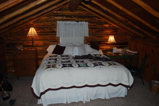 Double Arrow Resort: Bedroom in Lodge....small bath.