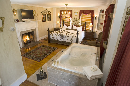 Historic Jacob Hill Inn: The Water Fire Grand Suite