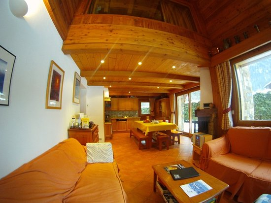 Ski Breezy - Chalet D'Ile: Living & Dining Area