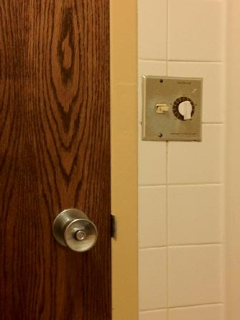 Kahler Inn and Suites: Notice the old light switch, door and door handle. Look renovated to you??