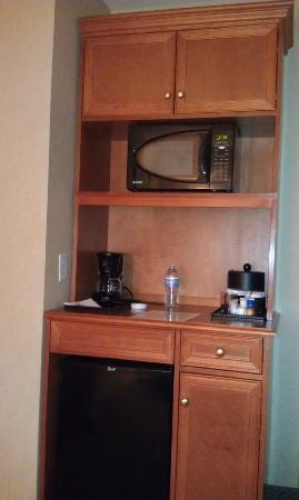 Hilton Garden Inn Albuquerque / Journal Center: Microwave and fridge.